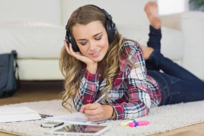 feliz-estudiando-y-escuchando-musica
